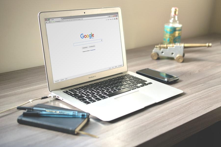 komputer z wyszukiwarką Google stojący na biurku