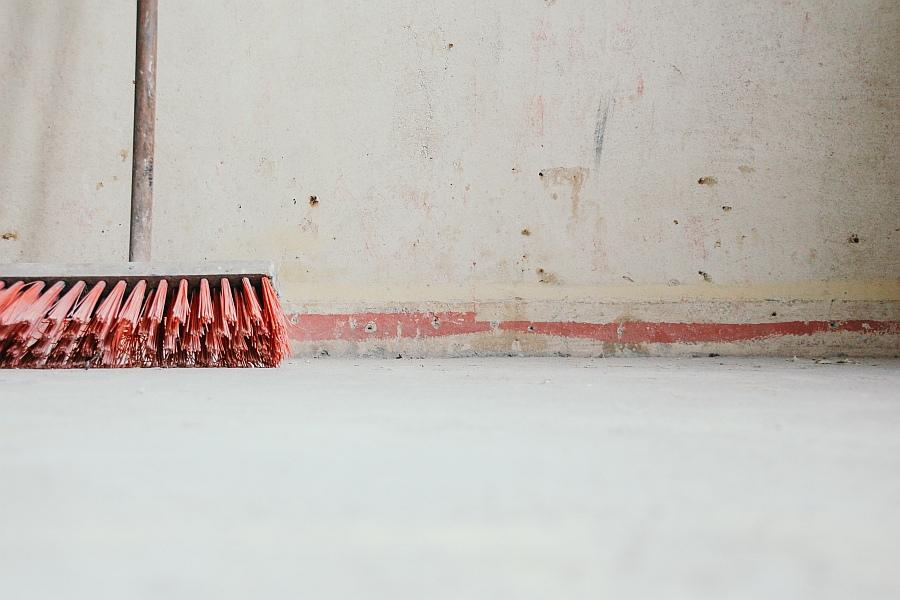 Miotła do sprzątania oparta o ścianę